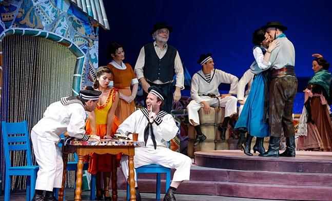 Eindeutig spanisches Ambiente: Das Ensemble amüsiert sich sichtlich in der lauen Abendstimmung.