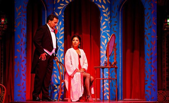 Die Verliebten Frasquita (Bibiana Nwobilo) und Armand (Sebastian Reinthaller) treffen sich wieder - wie es scheint zu einer ernsten Aussprache.