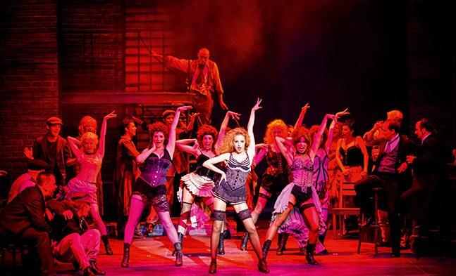 """In der Spelunke geht es heiß her: Lucy (Dorina Garuci) und die anderen """"leichten"""" Mädchen (Ensemble)."""