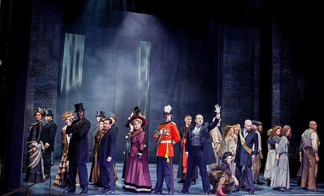 Der Freund von Dr. Jekyll, Mr. Utterson (Reinwald Kranner mit Ensemble), sieht bereits das Unheil heraufdämmern.