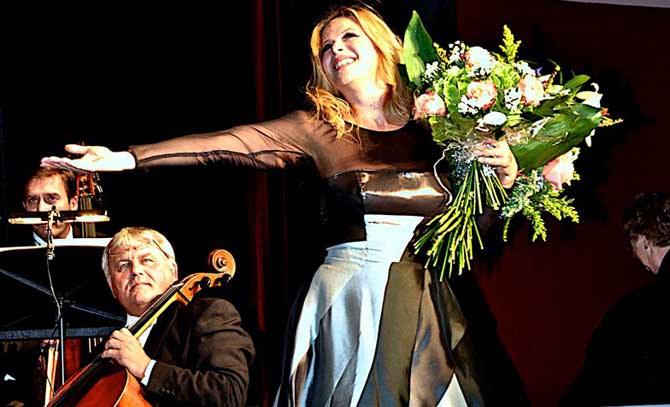 Starsopranistin Natalia Ushakova singt im stimmungsvollen Ambiente der Sommerarena Baden. © Bühne Baden