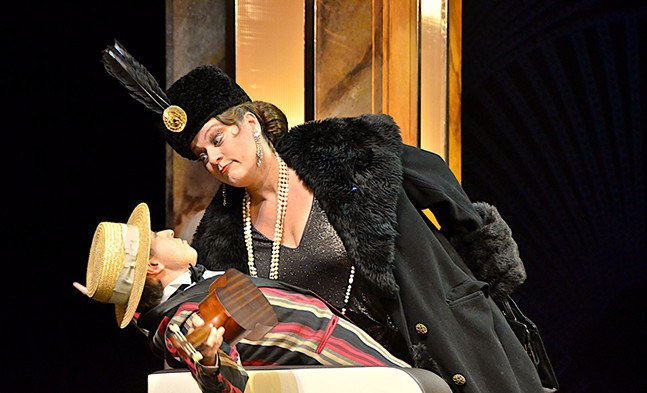 Alles erledigt, Kleiner?! Regina Schörg (Gräfin Stasa Kokozowa) und Martin Fischerauer (Hotelboy).