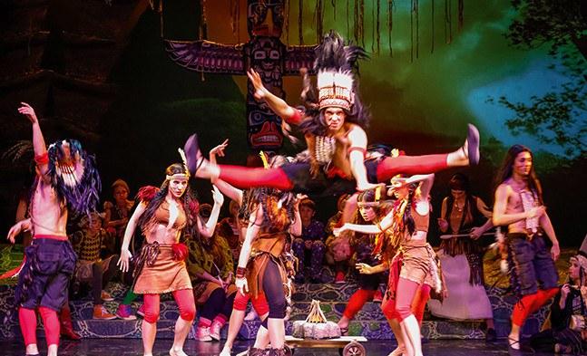 Die wilden Indianer (Daniel Greabu und das Ballett der Bühne Baden) feiern die Befreiung ihrer Prinzessin Tiger Lilly.