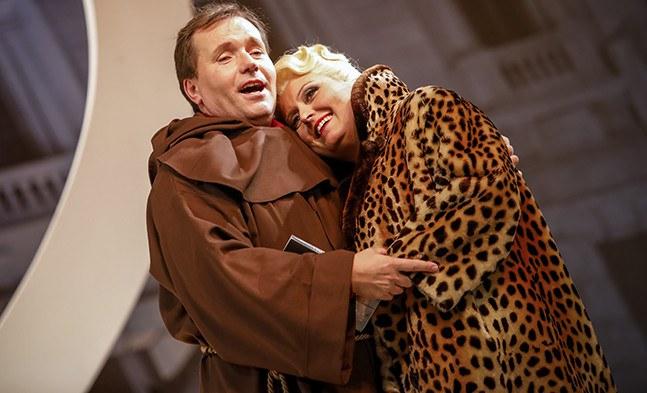 Ist das wirklich Liebe oder bloß Zeitvertreib: Arthur Bryk (Sebastian Reinthaller) und Gräfin Falconi (Barbara Payha).