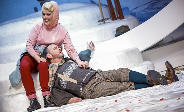 Graf und Gräfin Falconi (Barbara Payha und Stephen Chaundy) bei einer vertrauten, kleinen Rast.