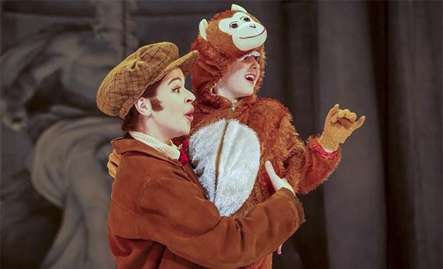 Seltsames Team: Marie (Jerica Steklasa) in einer Hosenrolle als junger Maler Pepino mit Jacko, ein Äffchenkind (Caroline Wurm)