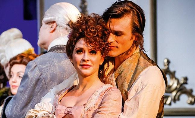 Haben sich gefunden: Die Kammerfrau Belotte (Christiane Riedl) und der Dichter Calicot (Thomas Weinhappel).