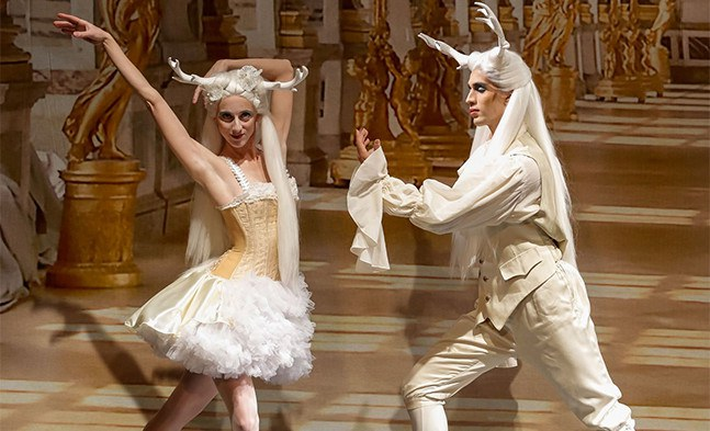 Das Kostümfest im Spiegelsaal von Versailles ist im vollen Gange: Maria Penyaz und Tiago Augusto Mendes Silva vom Ballett der Bühne Baden.
