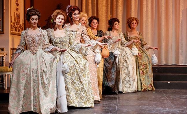 Der Hofstaat steht bereit: Der Damenchor der Bühne Baden beweist Stil und Etikette.