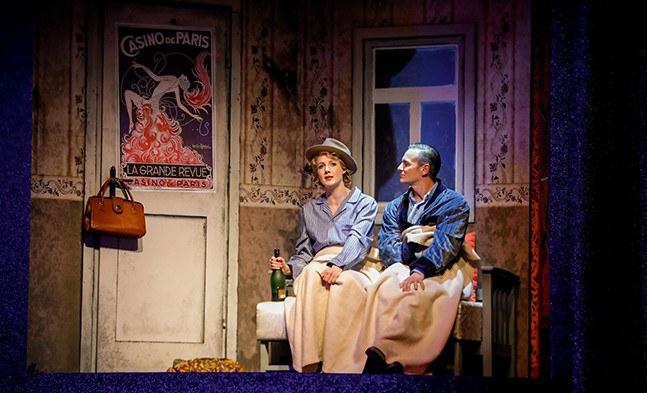 Notquartier bei einem schwulen Freund: Victoria (Bettina Mönch) und Toddy (Martin Niedermair).