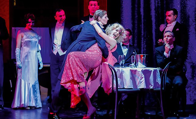 Victor/Victoria (Bettina Mönch) legt einen heißen Tango mit Norma (Elisabeth Ebner) aufs Parkett.