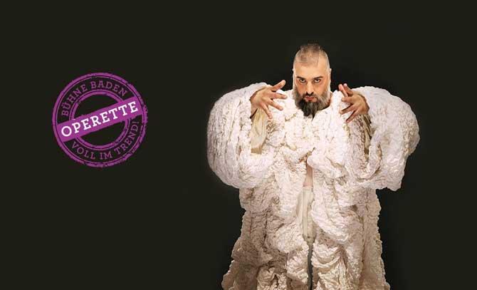 """""""Russkaja""""-Frontmann Georgij Makazaria ist Jupiter in Offenbachs """"Orpheus in der Unterwelt"""" an der Bühne Baden."""