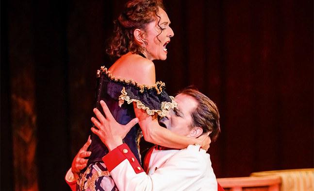 ... und die Leidenschaft zwischen Sonja (Maya Boog) und Alexej (Jevgenij Taruntsov) bricht sich ihre Bahn...