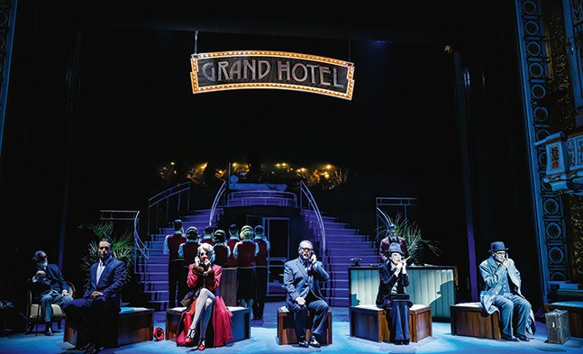 Im Grand Hotel entscheiden sich Schicksale ... mit Wolfgang Pampel, Julian Looman, Bettina Mönch, Martin Berger, Katja Berg, Hannes Muik, Florian Fetterle (v.l.n.r) und Ensemble.