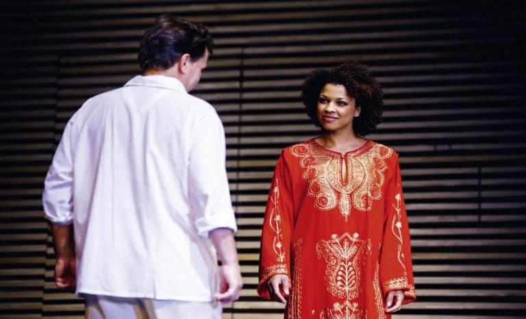 Sebastian Reinthaller als Octavio steht Bibiana Nwobilo als Giuditta gegenüber. © Bühne Baden