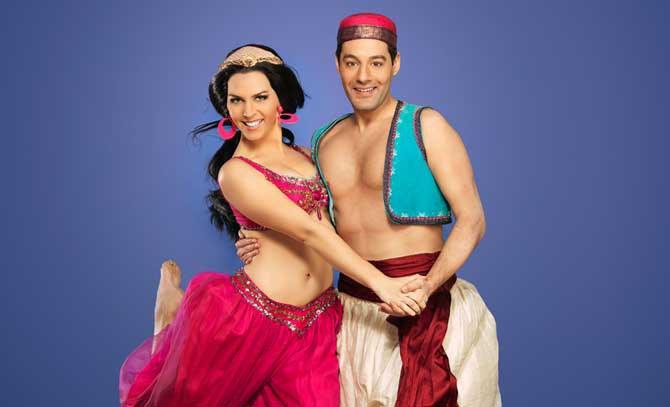 """""""Braucht man wirklich eine Wunderlampe, um alles in ein Märchen zu verwandeln?"""" Benjamin Plautz als Aladdin und Ulrike Figgener als Prinzessin Jasmin im Familienmusical der Bühne Baden. © Lukas Beck"""