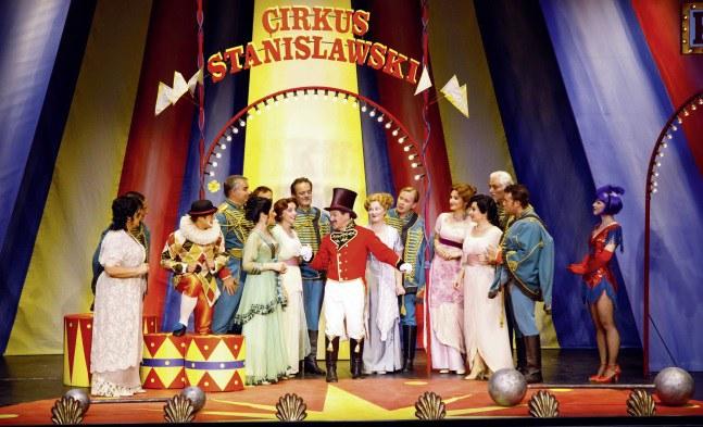 Zirkusdirektor Stanislawski (Beppo Binder) und Zirkusvolk (Ensemble)
