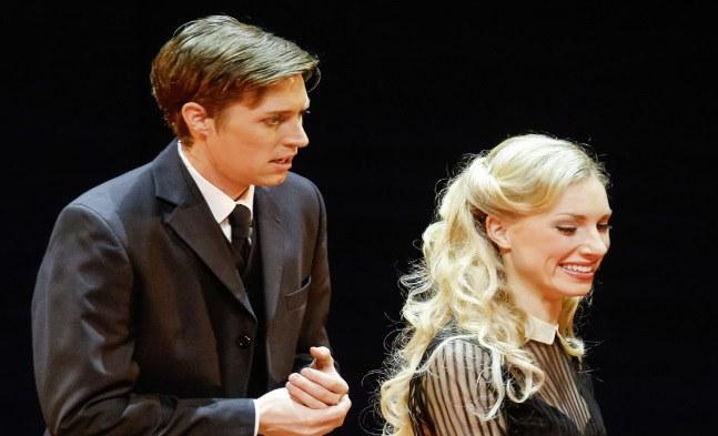 Es bahnt sich etwas an ...! Henrik (Lukas Perman) und Anne Egerman (Eva Serrarens).