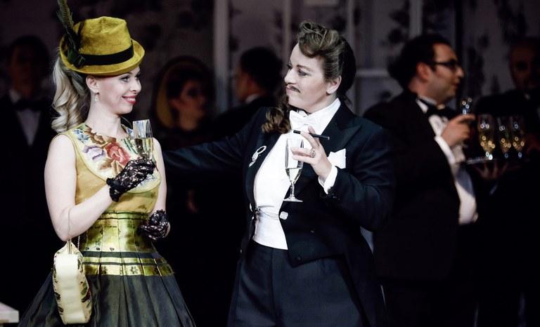 Prinz Orlofsky (Regina Schörg) ist sichtlich angetan von Ida (Olga Czerwinski).