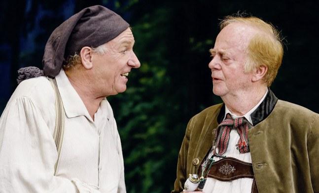 Zwei Bauern unterhalten sich: Hans-Günther Müller (als Matthias Scheichelroither) und Helmut Wallner (als Bürgermeister Lindoberer)