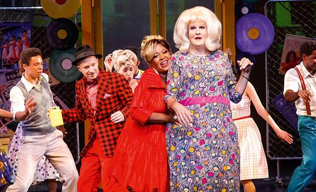 Keine Berührungsängste beim Tanzen: Edna Turnblad (René Rumpold), Motormouth Maybelle (Deborah Woodson) und Wilbur Turnblad (Gernot Kranner) —
