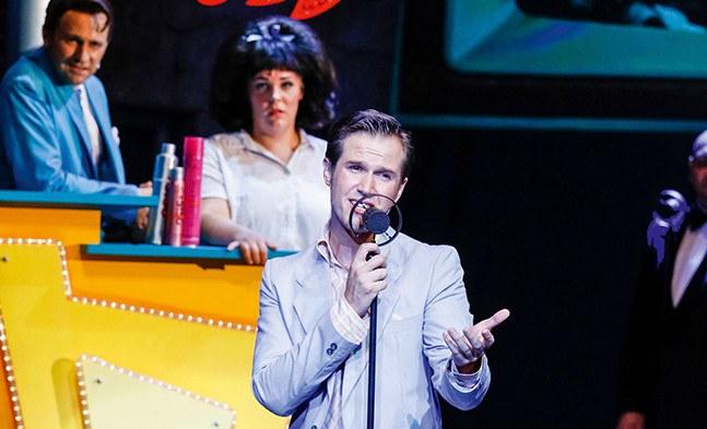 DAS Teenie-Idol schlechthin: Link Larkin (Stefan Bleiberschnig) in der Corny Collins-Show. Tracy (Marja Hennicke), Amber (Andreja Zidaric) und Corny Collins (Reinwald Kranner) sind begeistert.
