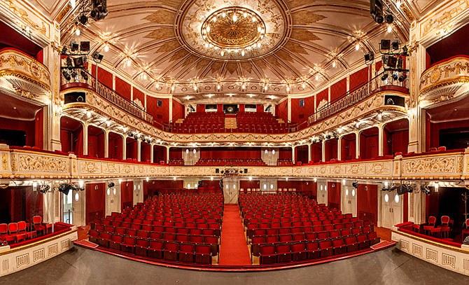 Im Stadttheater wird die neue Saison präsentiert. Schauspielpräsentation ab 18.30 Uhr, Musiktheaterpräsentation im Anschluss ab 20 Uhr. Bühne Baden
