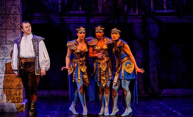 Die drei Damen (Bibiana Nwobilo, Ethel Merhaut, Isabel Seebacher) haben eine Schwäche für den schönen Prinzen (Andrzej Lampert)