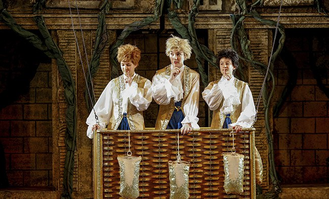 Die drei Knaben (Elisabeth Drach, Hannah Moser und Helene Mühlbacher von den Gumpoldskirchner Spatzen) wissen, wohin die Reise geht