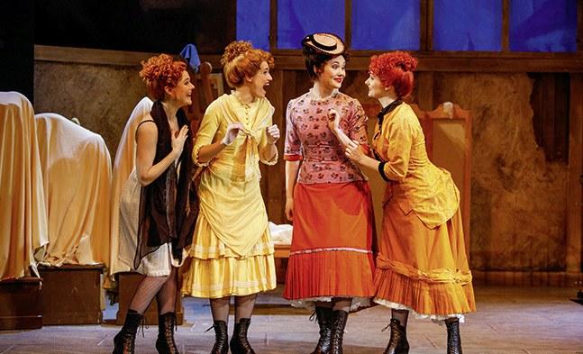 Schnatter! Schnatter! Schnatter! Claudine (Lisa Habermann) und ihre Freundinnen (Daniela Nitsch, Angelika Ratej und Barbara Castka) sind ganz aus dem Häuschen