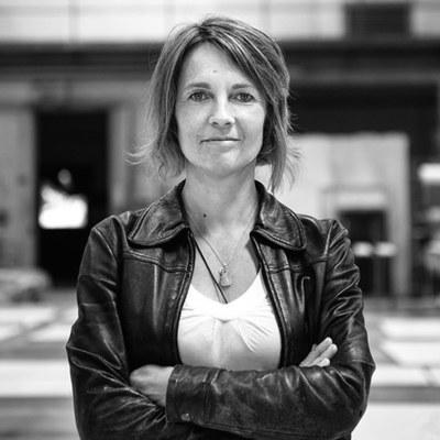 In Mödling geboren, studierte Alexia Redl am Mozarteum in Salzburg bei Hans Bruno Gallee und ist seit 1989 als freischaffende Bühnen- und Kostümbildnerin für Oper, Operette, Musical und Schauspiel tätig.
