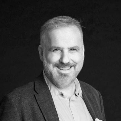 Seit 2004 ist er an der Bühne Baden engagiert und bereits seit 24 Jahren leitet er die von ihm gegründete A-cappella Gruppe Close Harmony Friends. © privat