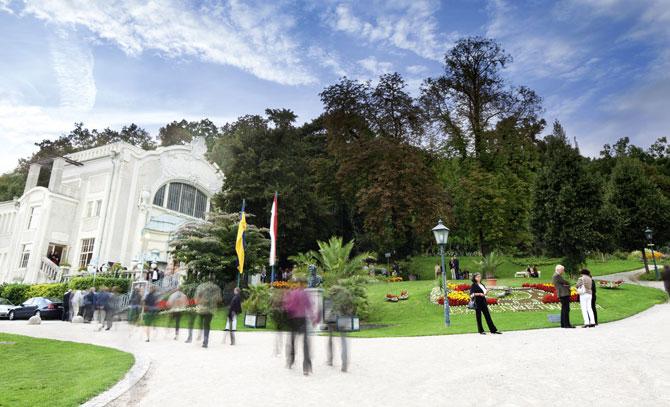 Die Sommerarena im stimmungsvollen Kurpark gelegen, ist seit über 110 Jahren eine Spielstätte für vergnügliche musikalische Unterhaltung. © Bühne Baden