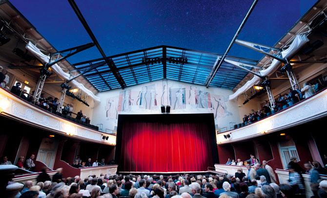 Ein besonderes Highlight in der Sommerarena ist das Glasdach, das je nach Bedarf ausgefahren werden kann. © Bühne Baden