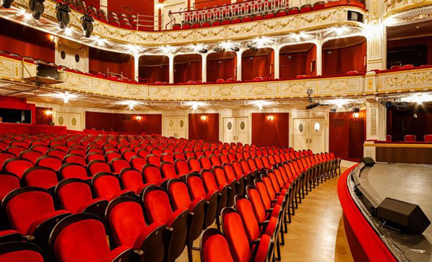 Der Saal des Stadttheaters erstrahlt seit 2017 in neuem Glanz. © Christian Husar